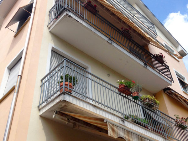 Balconi-facciata-condominio-Parma